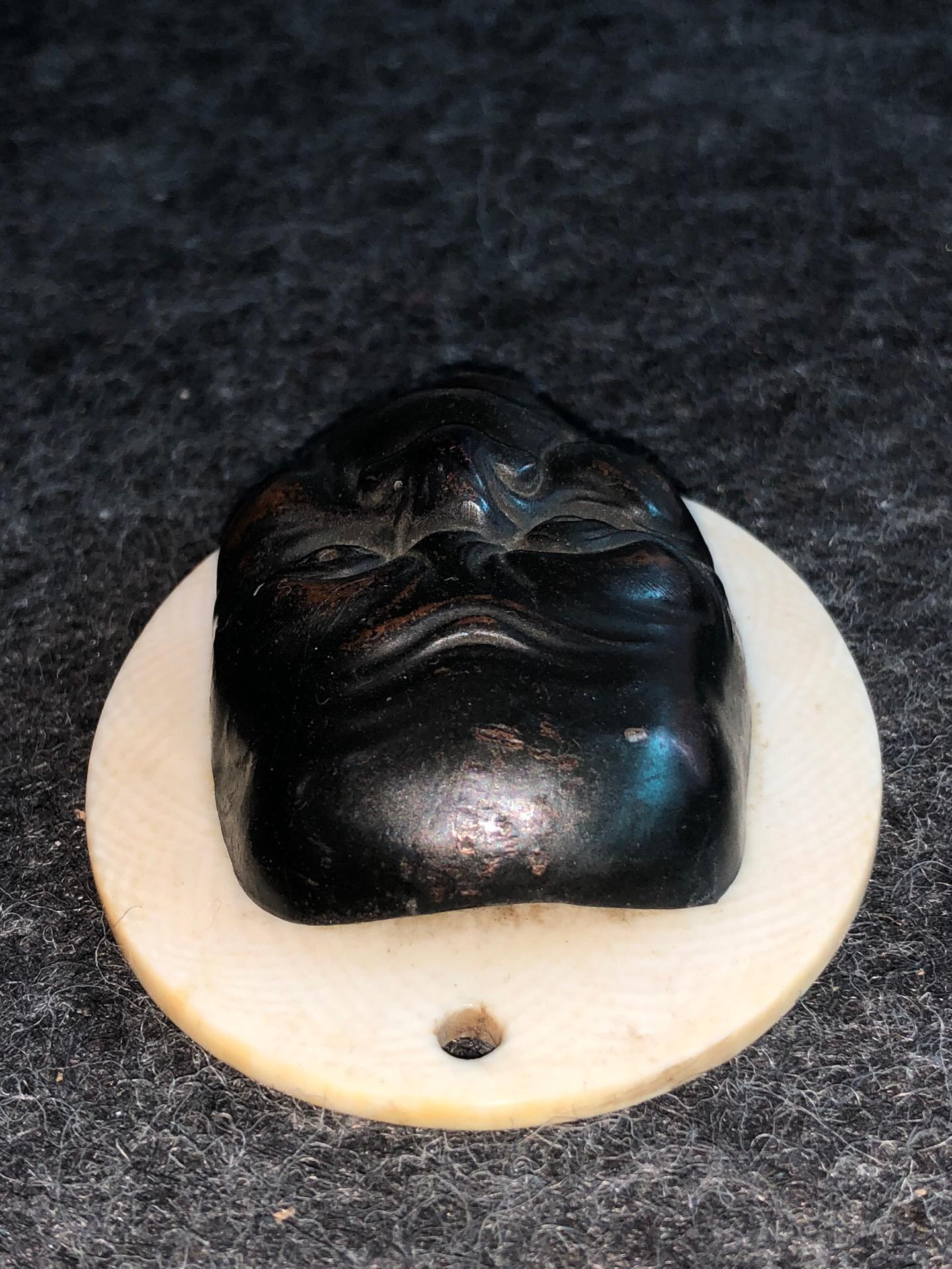 thumb3|Piccola maschera con figura maschile grottesca in bronzo.Giappone