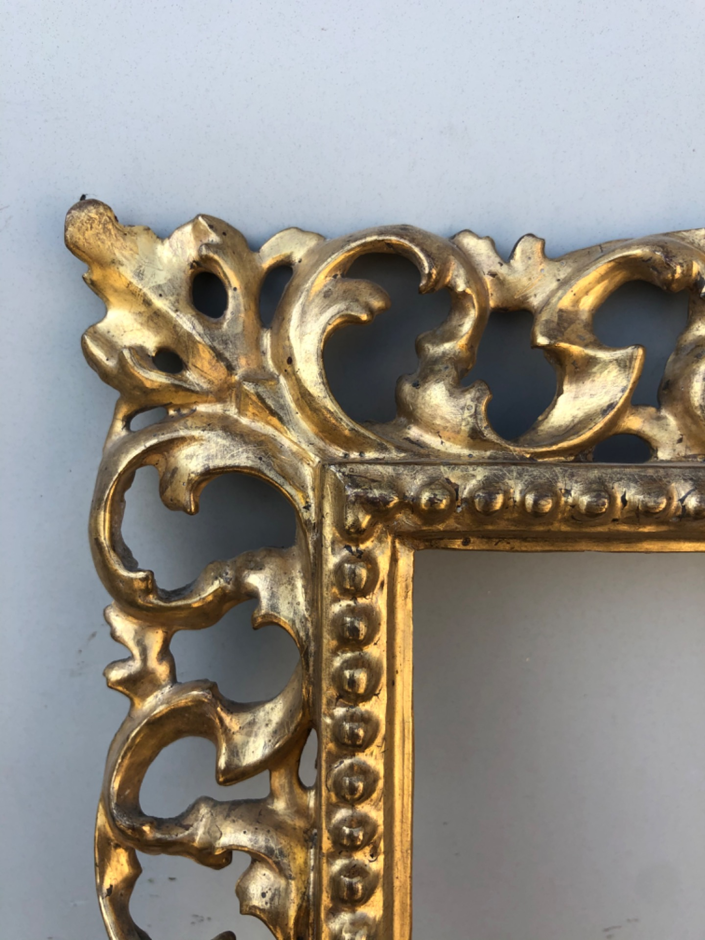 thumb2|Cornice a cartoccio in legno intagliato,traforato e foglia oro.Firenze.