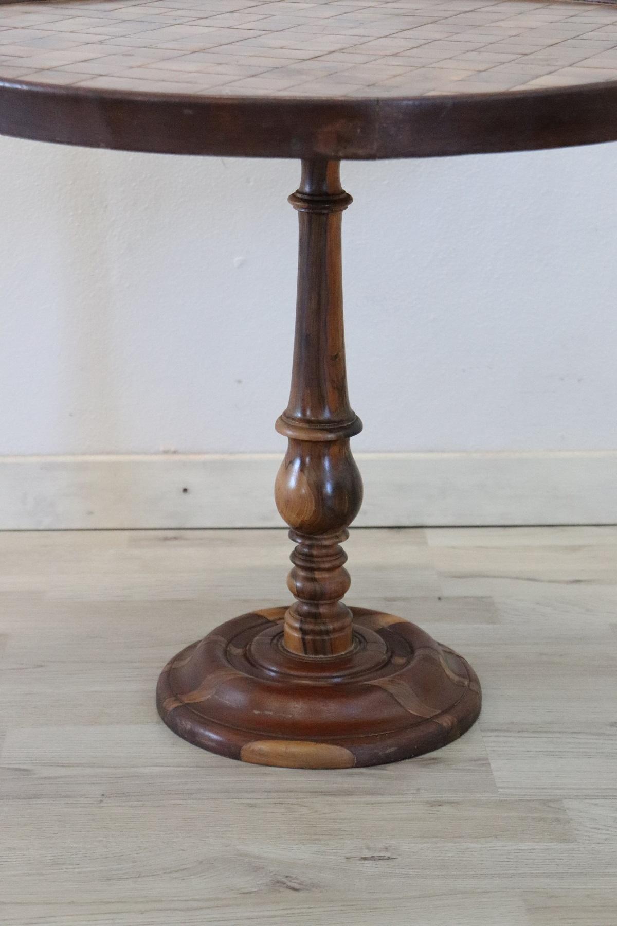 thumb2|Tavolino da salotto rotondo stile antico intarsiato secolo XX PREZZO TRATTABILE