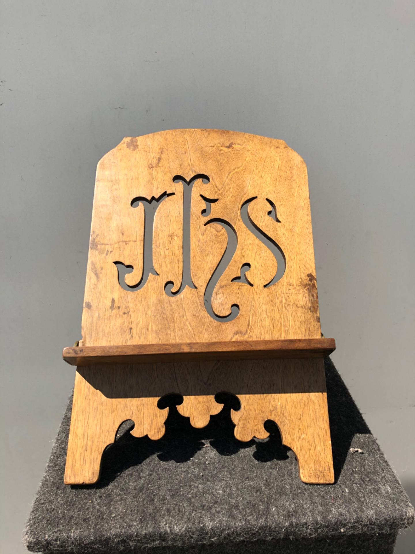 Leggio regolabile in legno intagliato e dorato con motivo IHS di San Bernardino.