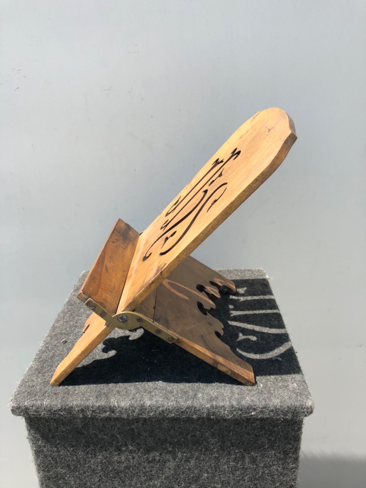 thumb3|Leggio regolabile in legno intagliato e dorato con motivo IHS di San Bernardino.