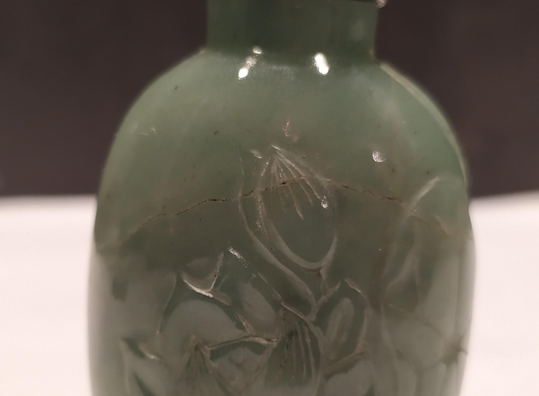 thumb8|Snuff bottle, porta tabacco fiuto, giada verde motivi floreali, Cina XX secolo