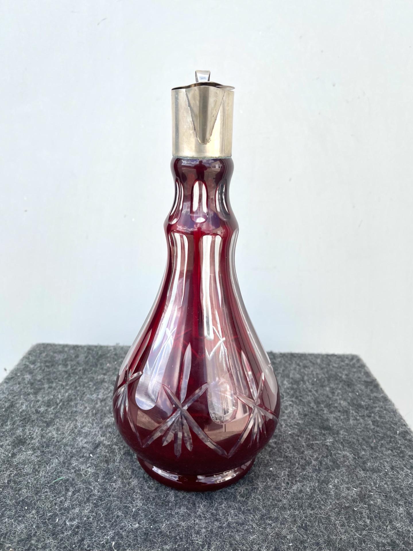 thumb8|Bottiglia boemia incamiciata e molata con motivi geometrici.Collo e tappo in argento con punzone italiano.