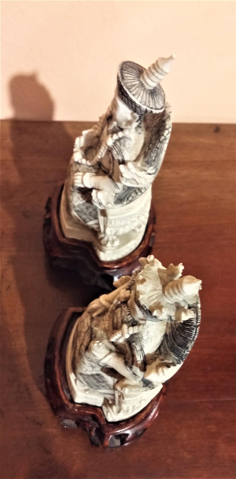 thumb9|Coppia di sculture in avorio, imperatore e imperatrice, fine '800