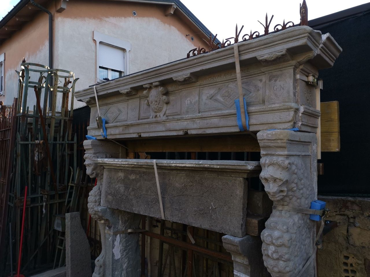 thumb7|camino in pietra epoca 500