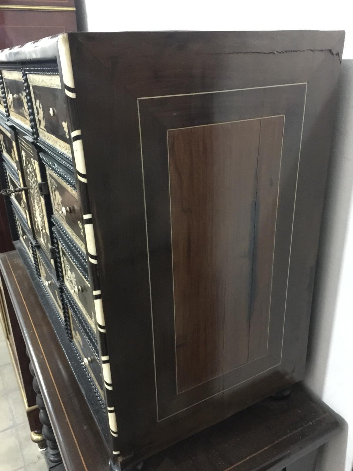 thumb7|Monetiere in ebano violetto e palissandro con intarsi in avorio