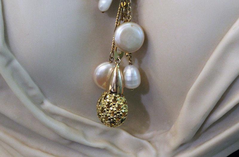 thumb3|Catena chanel con ciondoli di perle bianche medaglia