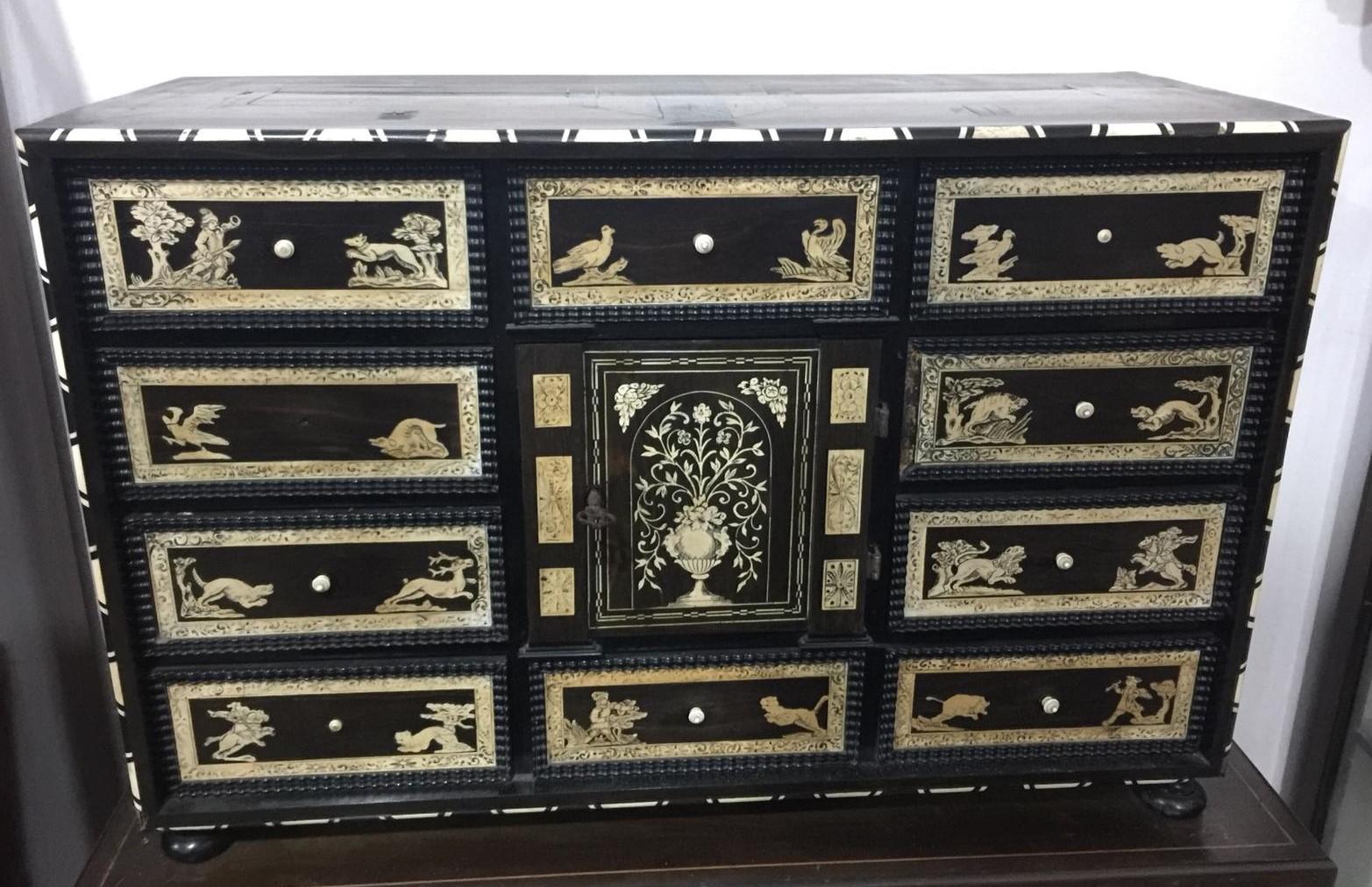 thumb2|Monetiere in ebano violetto e palissandro con intarsi in avorio