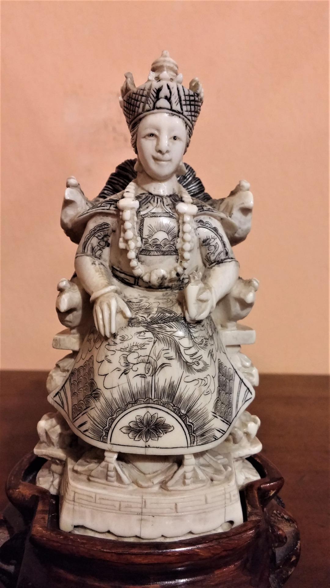 thumb6|Coppia di sculture in avorio, imperatore e imperatrice, fine '800