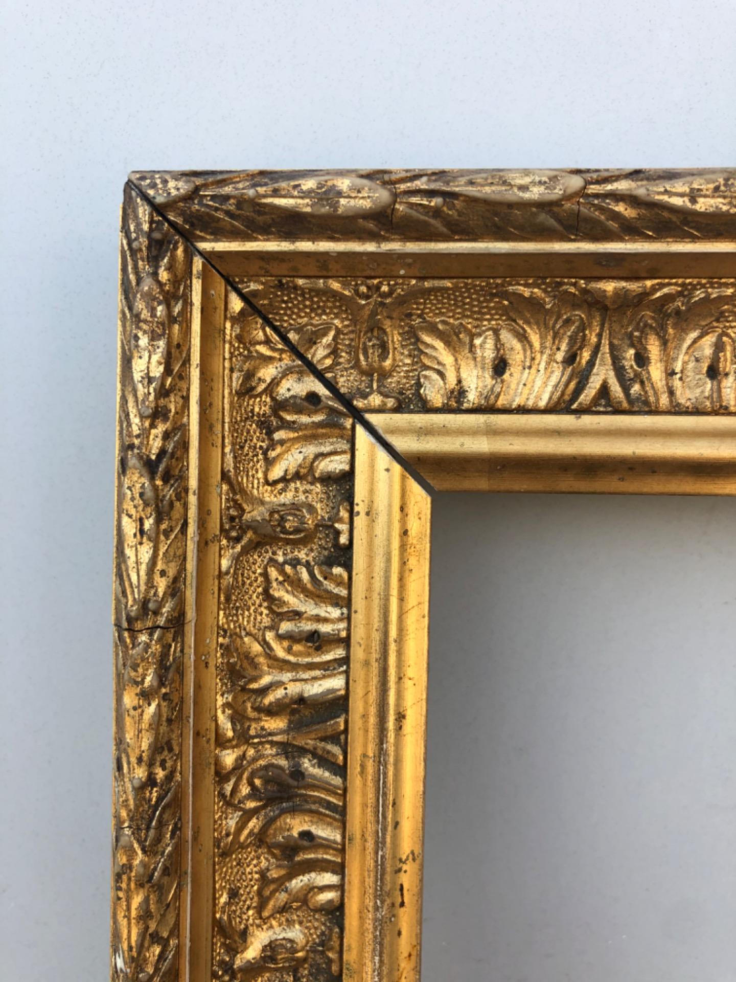 thumb2|Cornice in legno intagliato e dorato con motivi vegetali stilizzati.