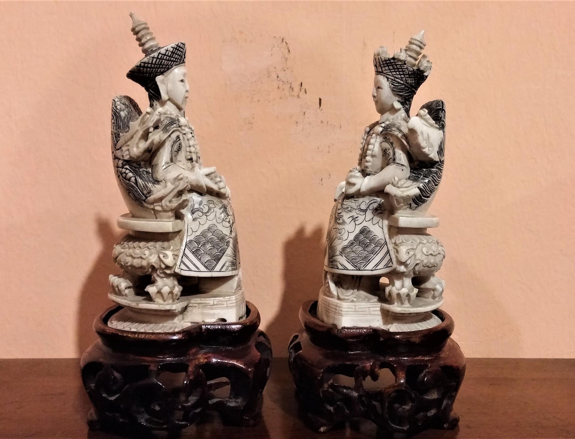 thumb8|Coppia di sculture in avorio, imperatore e imperatrice, fine '800