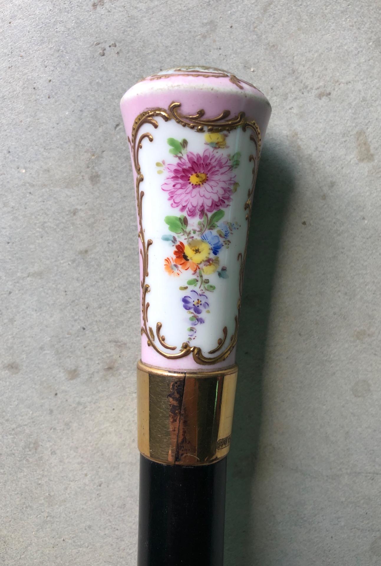 thumb3|Bastone con pomolo in porcellana a decoro floreale e scena galante.Canna in ebano.Francia.