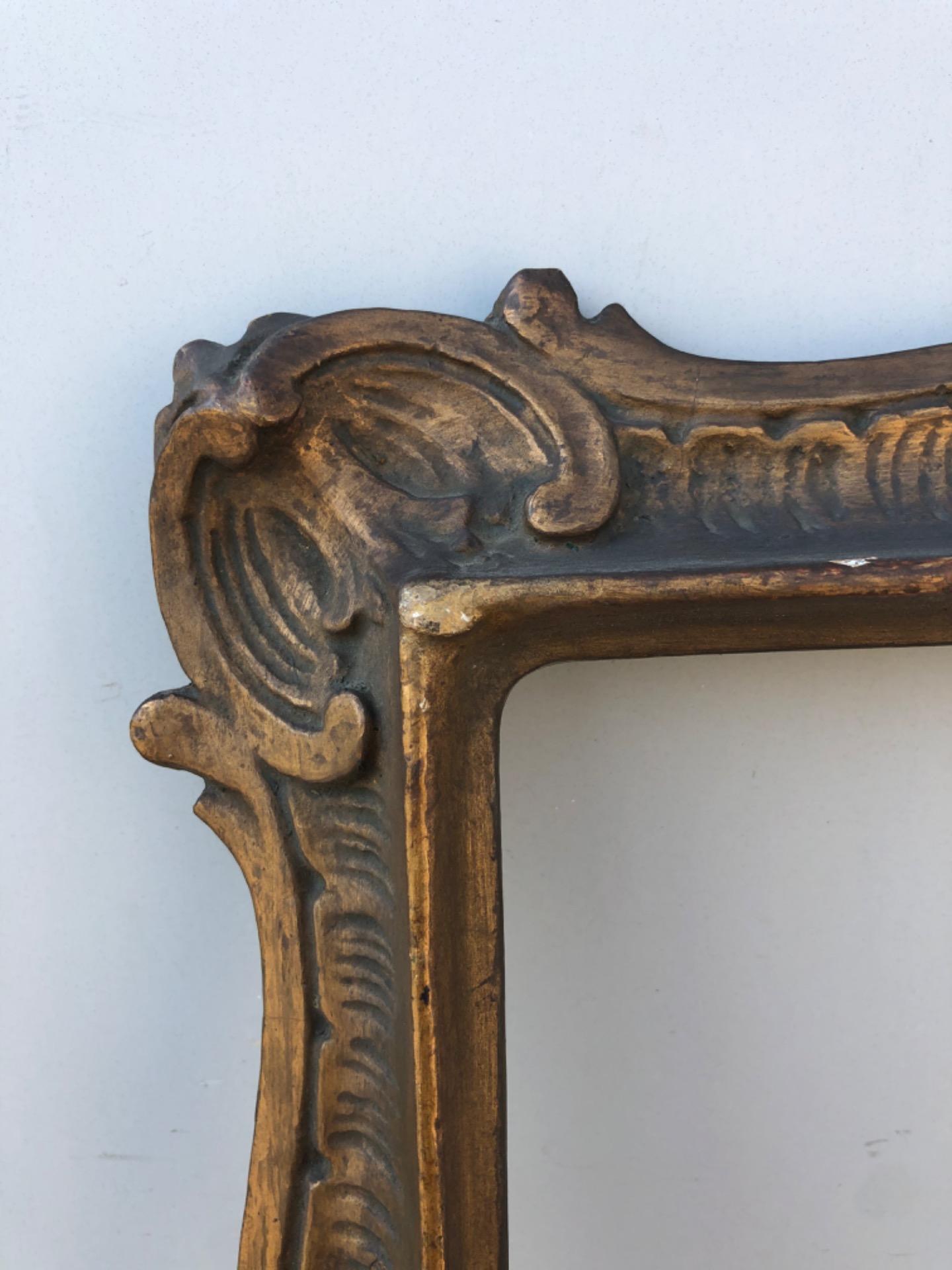 thumb3|Cornice in legno intagliato e dorato con motivi vegetali stilizzati art-nouveau.