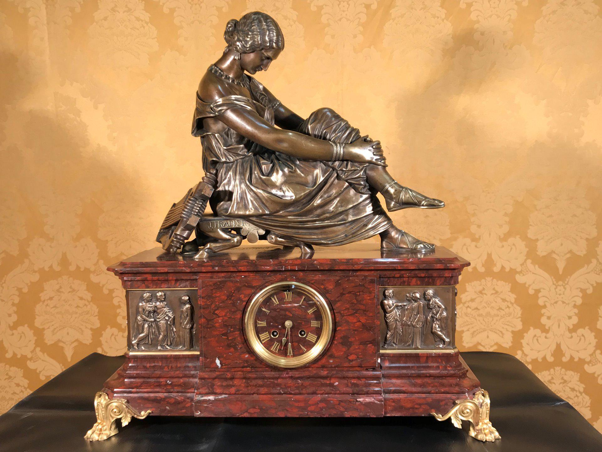 Importante orologio a pendolo con marmo e bronzo firmato