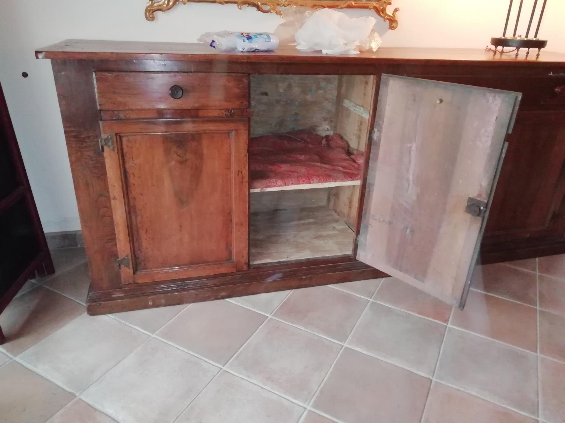 Credenza Antica Perugia : Antica e capiente credenza in noce pioppo con cassetto