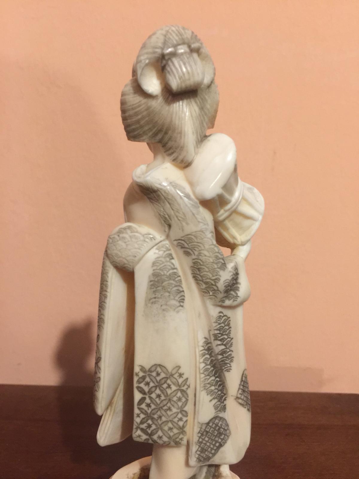 thumb5|Statuetta in avorio raffigurante donna orientale