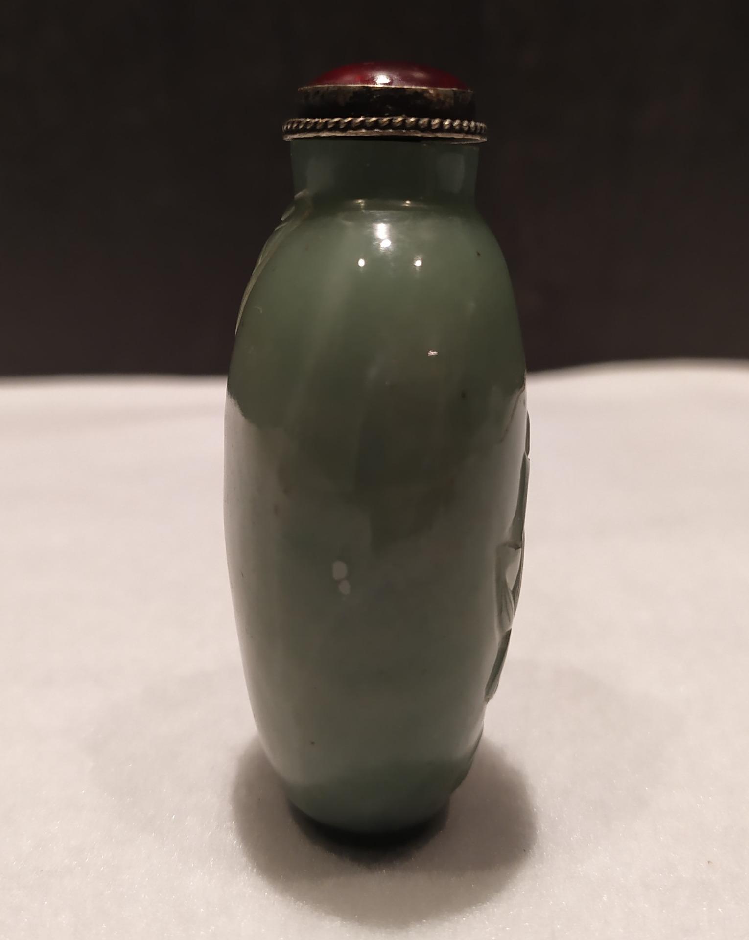 thumb3|Snuff bottle, porta tabacco fiuto, giada verde motivi floreali, Cina XX secolo