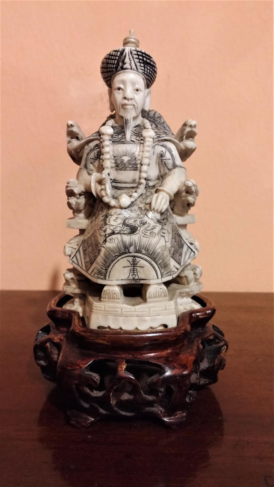 thumb3|Coppia di sculture in avorio, imperatore e imperatrice, fine '800
