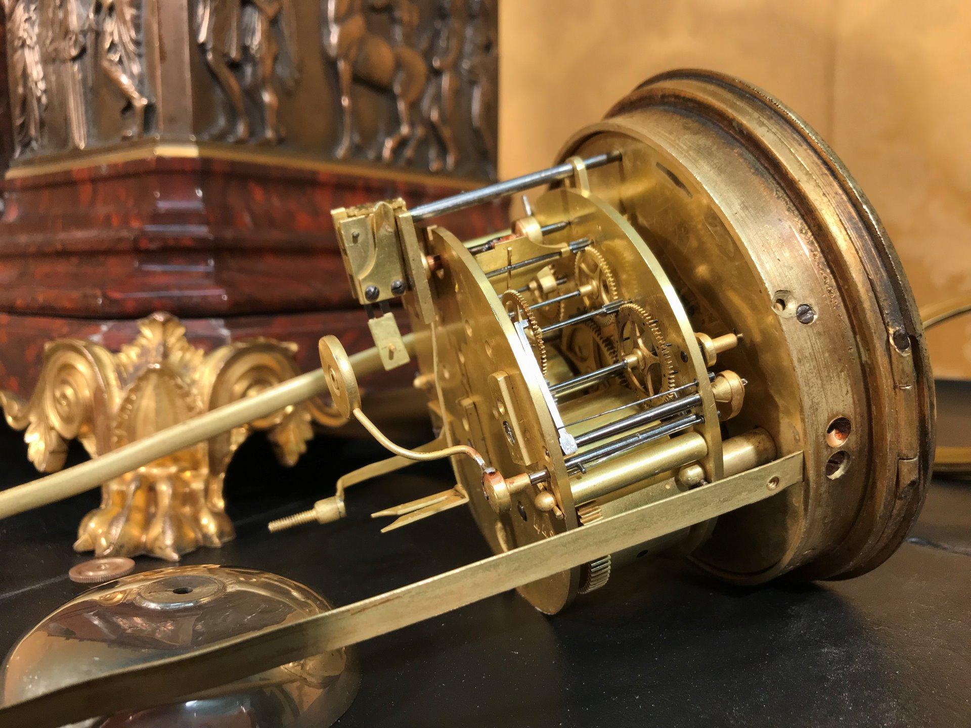 thumb9|Importante orologio a pendolo con marmo e bronzo firmato