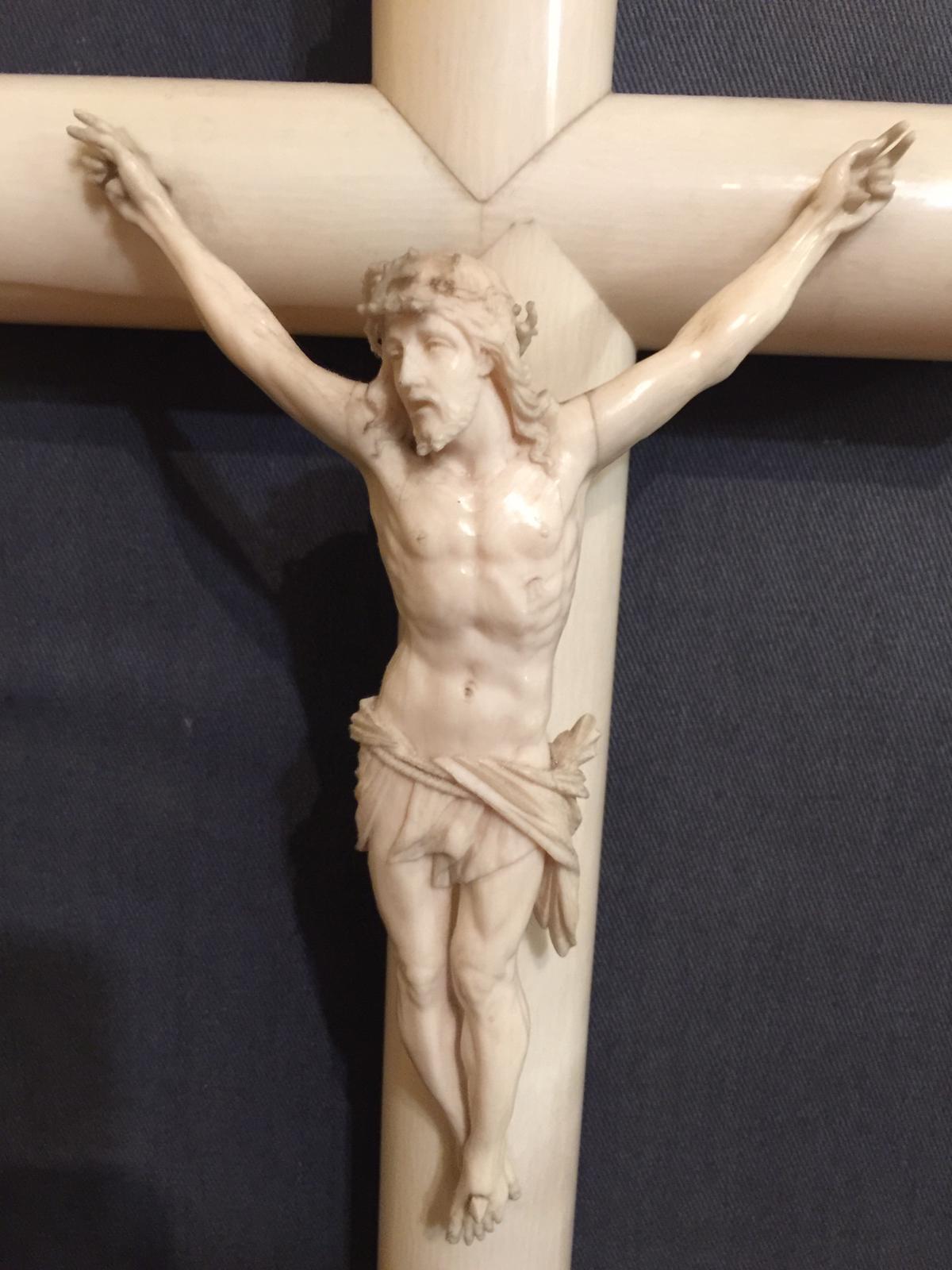 thumb2|Crocifisso in avorio epoca metà '800