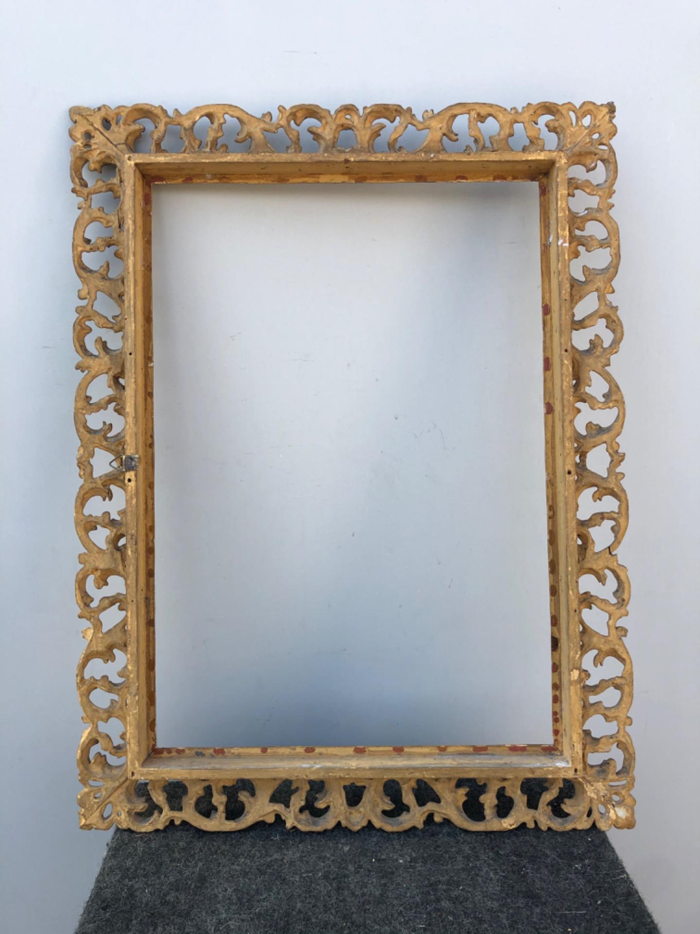 thumb3|Cornice a cartoccio in legno intagliato,traforato e foglia oro.Firenze.