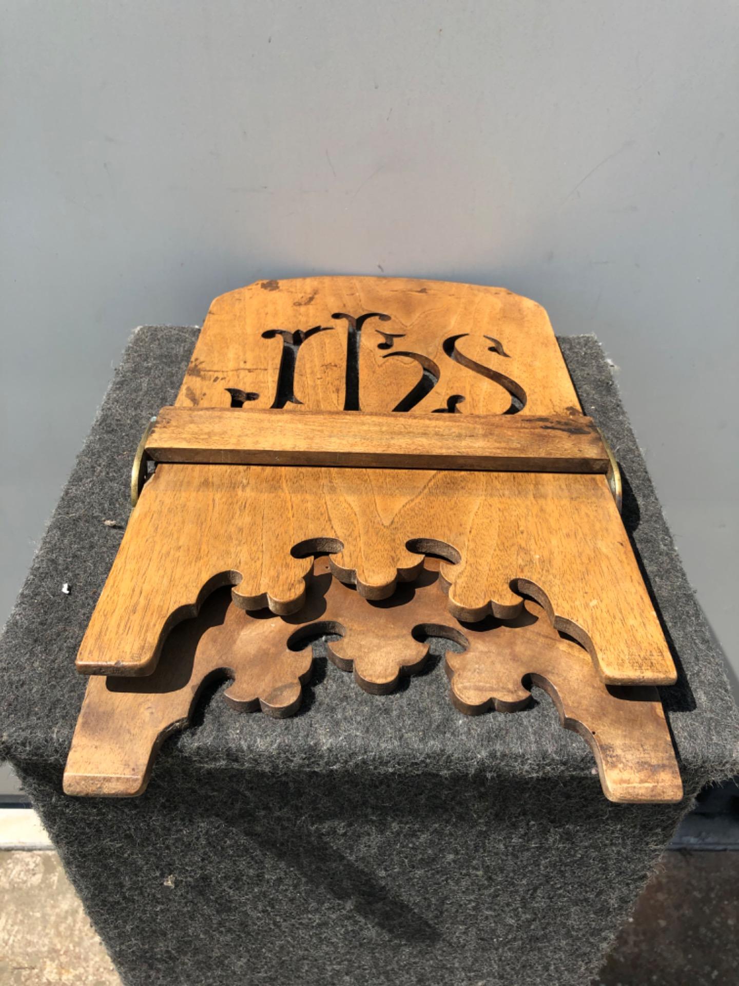 thumb5|Leggio regolabile in legno intagliato e dorato con motivo IHS di San Bernardino.