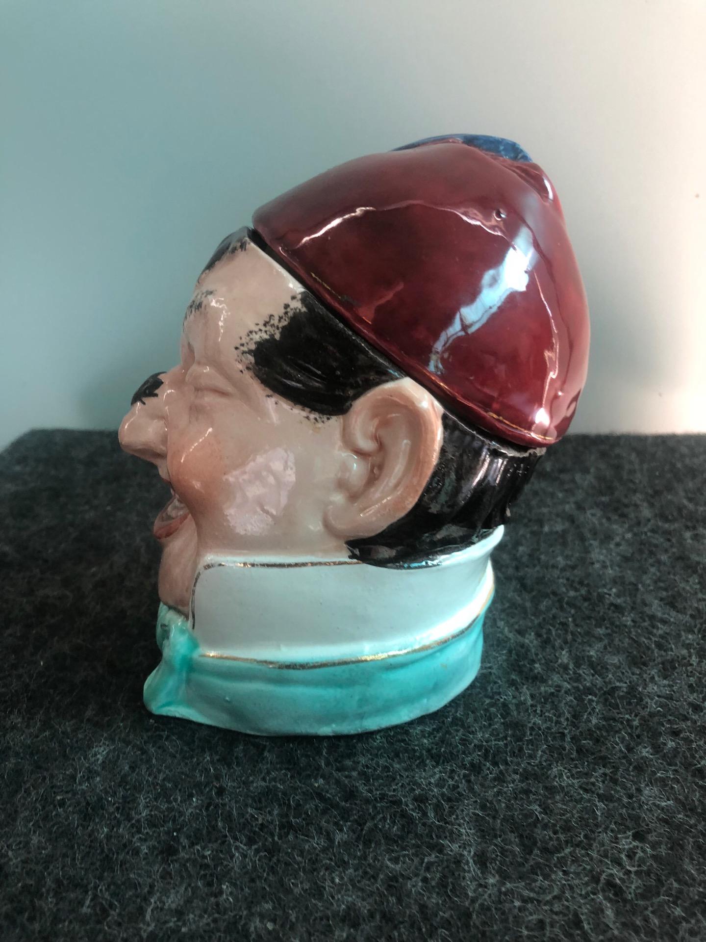 thumb2|Scatola porta-tabacco in terraglia raffigurante testa di personaggio con Mosca sul naso e fetz.Inghilterra