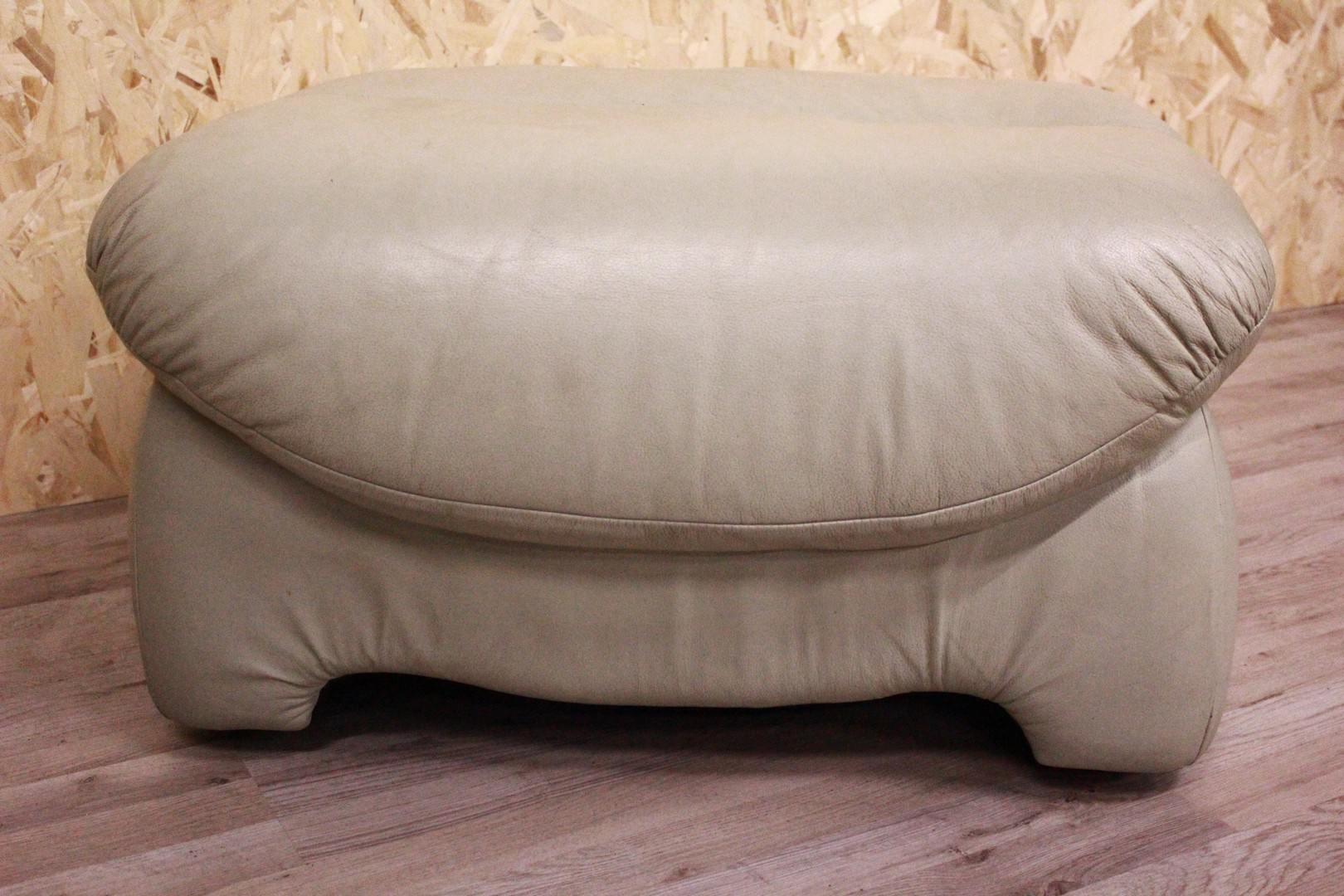 Pouf originale Made in UK, in pelle verde chiaro. | Antiquariato su ...