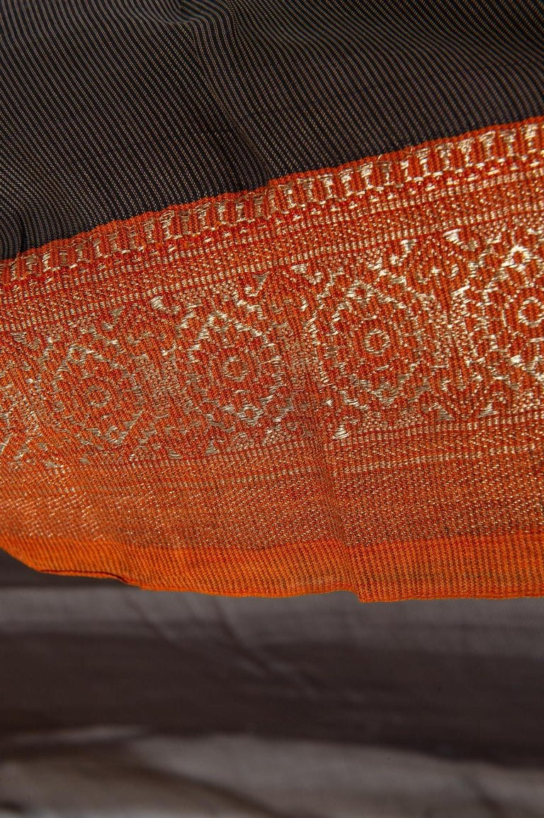 thumb3|Antico Sari indiano colore marrone, bordo rosso mattone ed oro