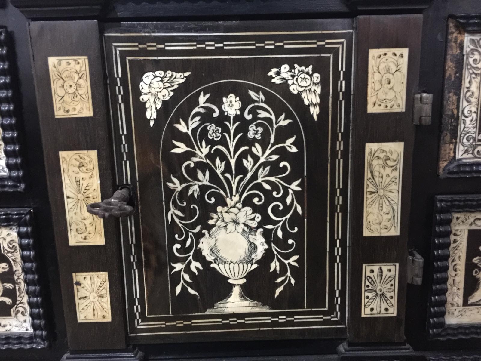 thumb3|Monetiere in ebano violetto e palissandro con intarsi in avorio
