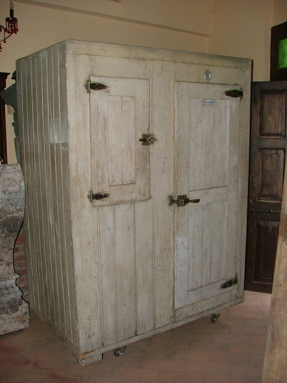 Vecchio frigo ghiacciaia in legno epoca 900 antiquariato for Mobili vecchi in vendita