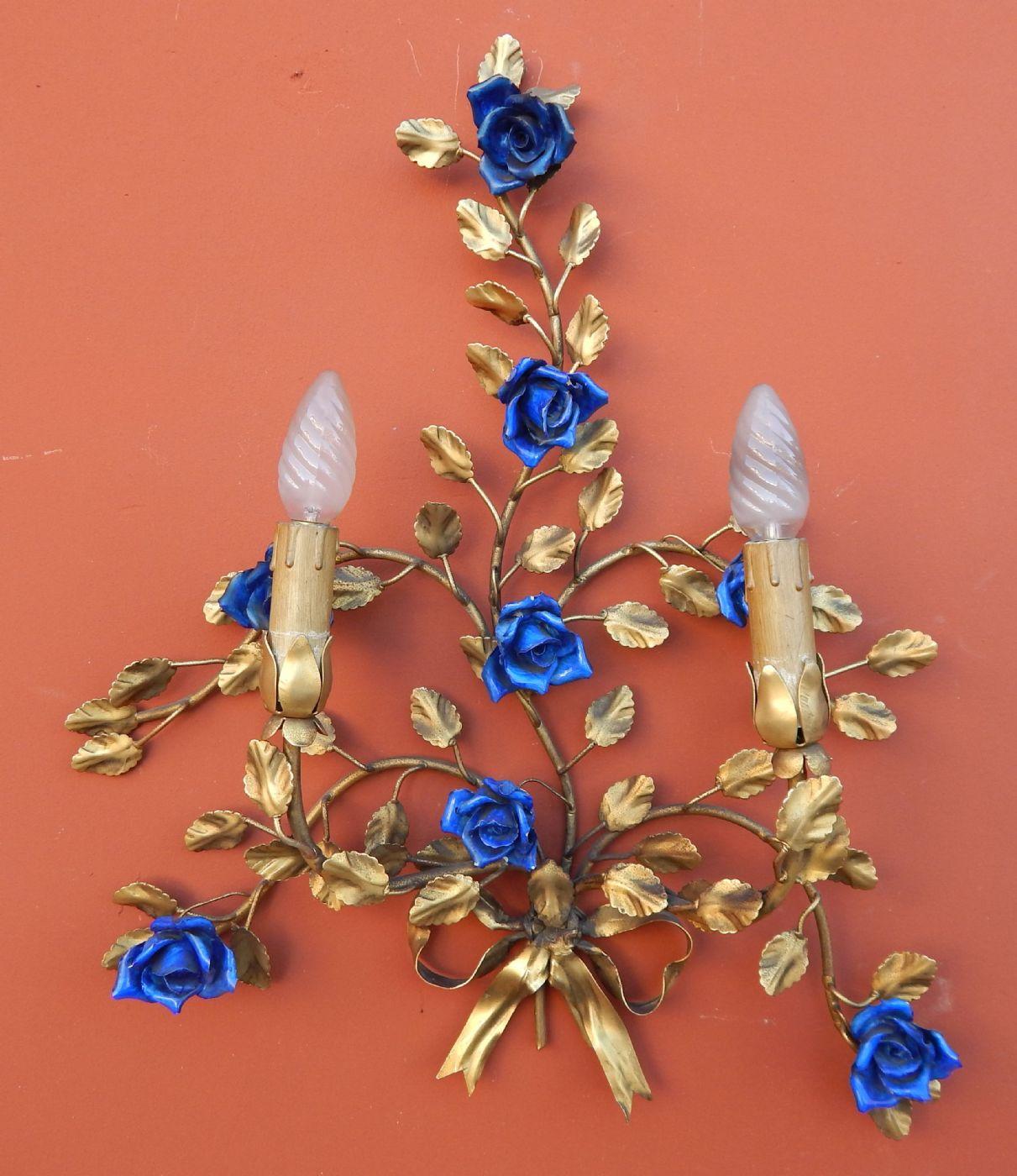 coppia di appliques in ottone sbalzato e dorato, con roselline blu