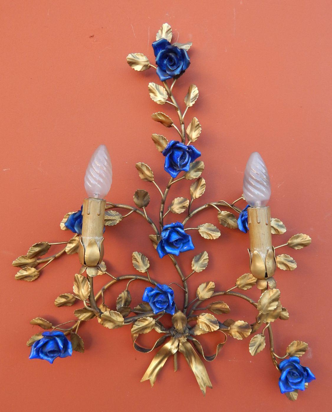 thumb2|coppia di appliques in ottone sbalzato e dorato, con roselline blu