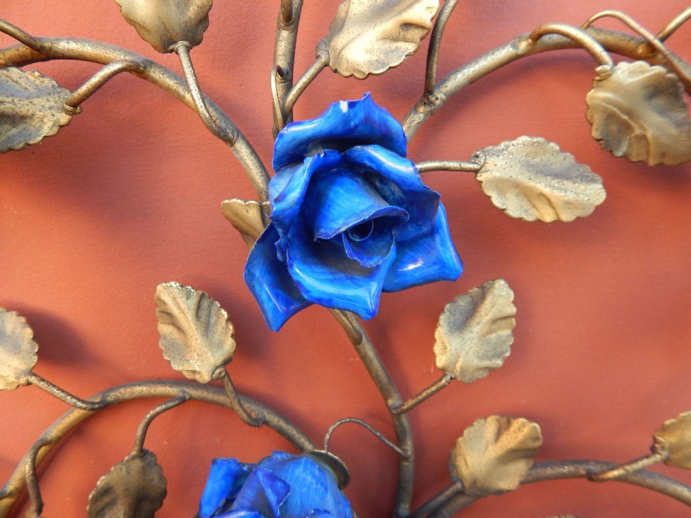 thumb3|coppia di appliques in ottone sbalzato e dorato, con roselline blu
