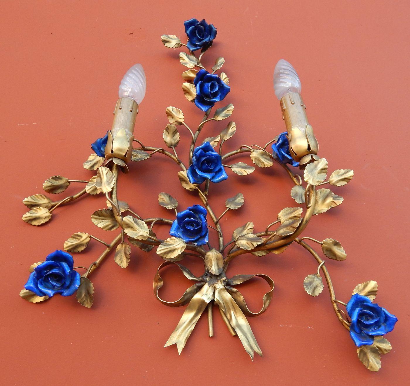 thumb5|coppia di appliques in ottone sbalzato e dorato, con roselline blu