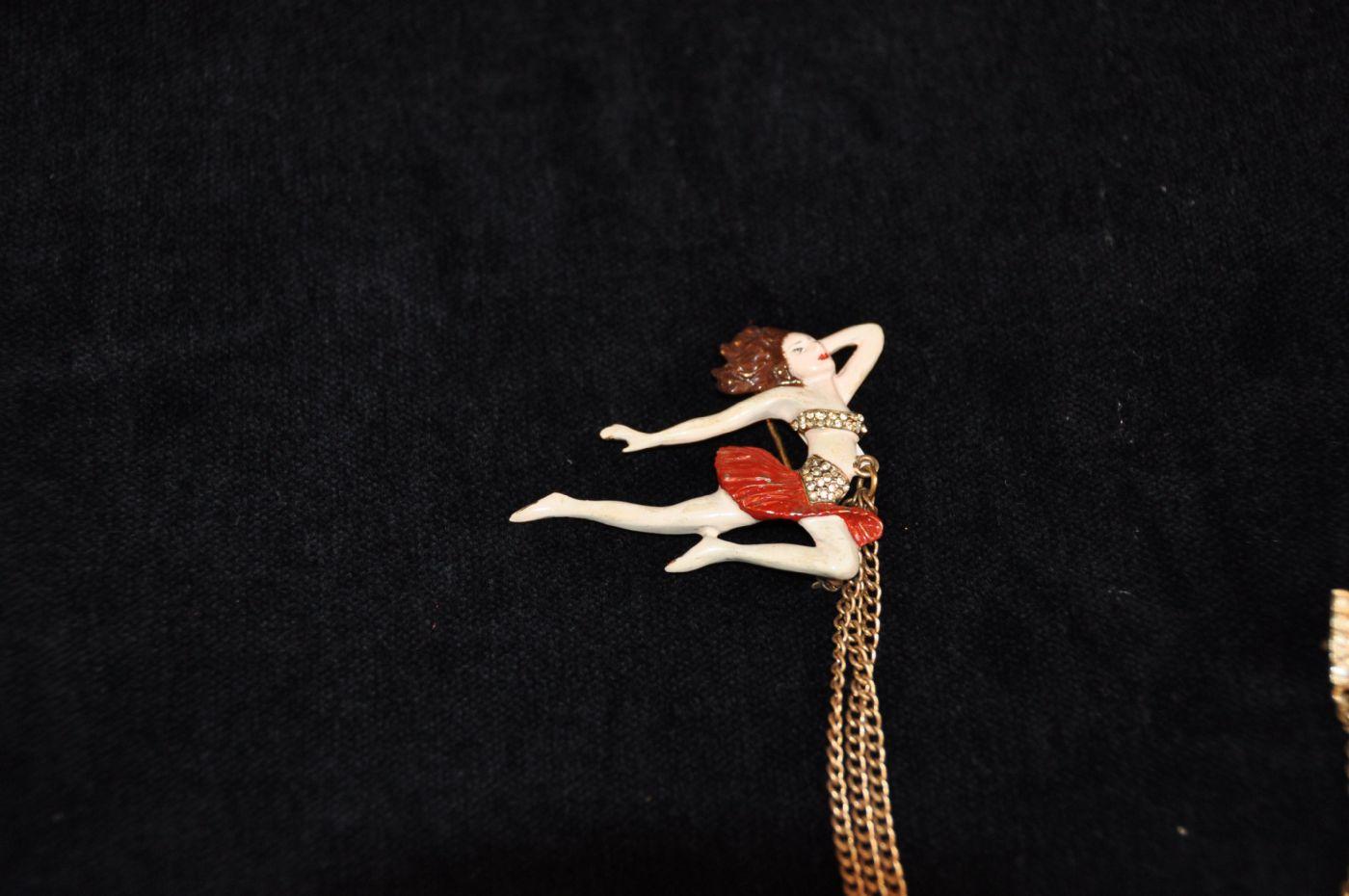 thumb2|Doppia spilla ballerina con note