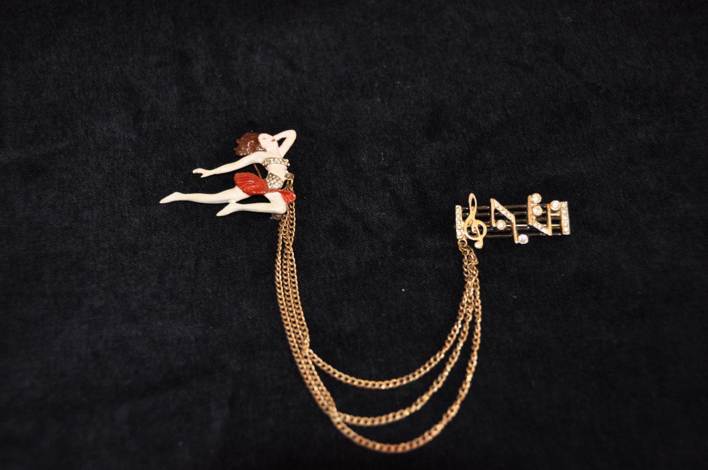 thumb3|Doppia spilla ballerina con note