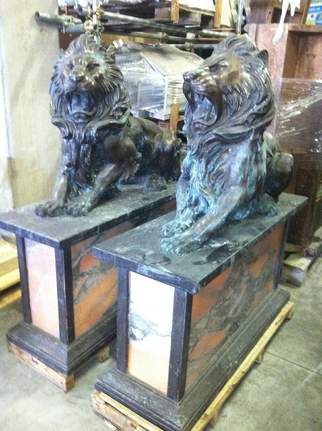 thumb2|leoni in bronzo con basi in marmo