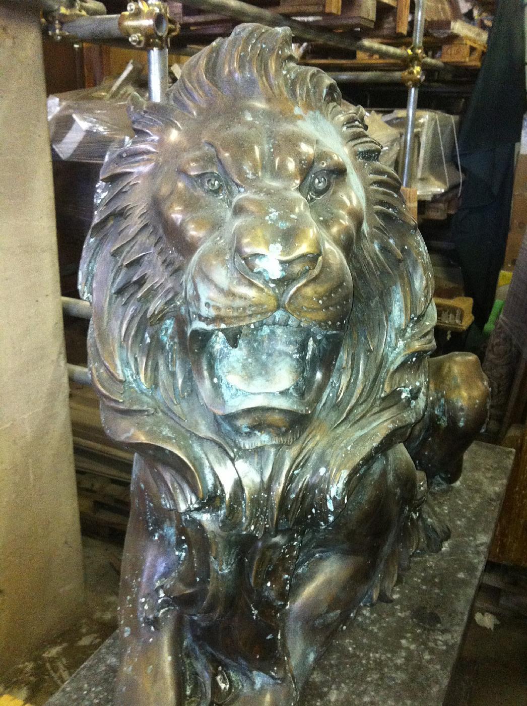 thumb3|leoni in bronzo con basi in marmo
