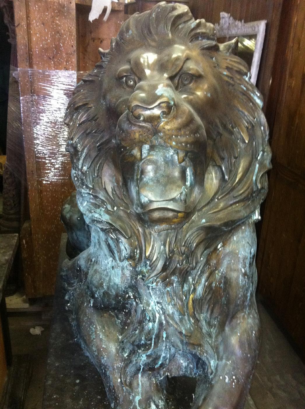 thumb4|leoni in bronzo con basi in marmo