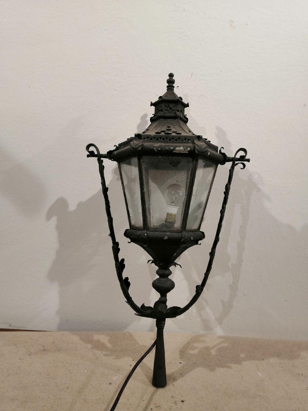 thumb2|Due lampioni da esterno in ferro battuto - Prima metà dell'800