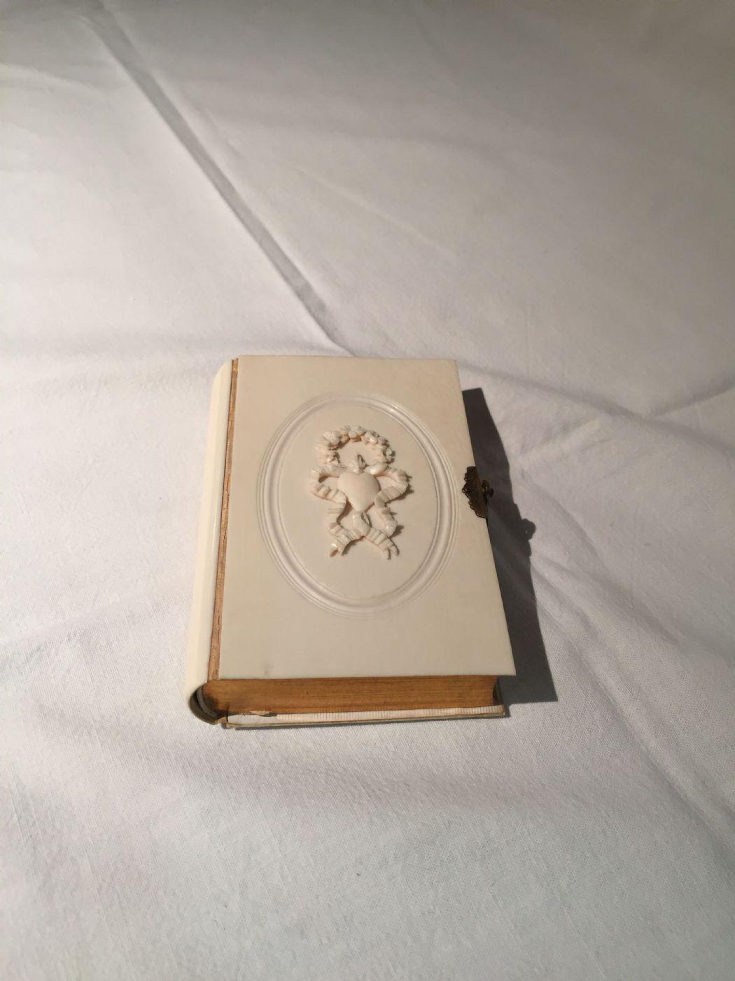 thumb2|Libro con copertina in avorio, 1864
