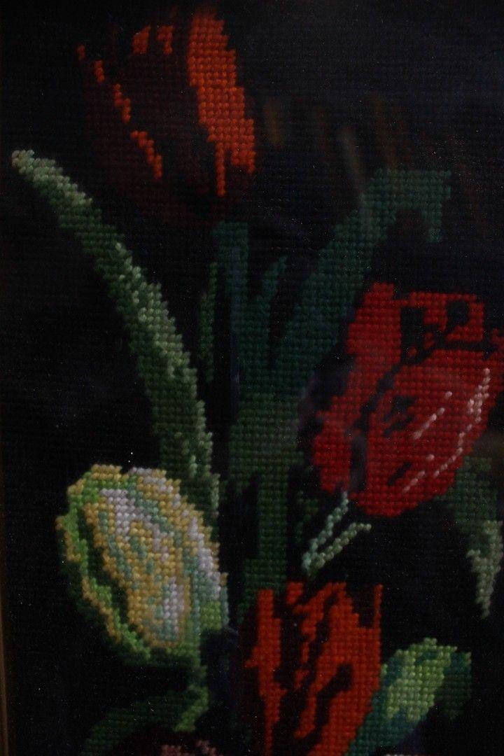 thumb2|Quadro a mezzopunto raffigurante vaso di fiori con cornice e vetro 18 x 49