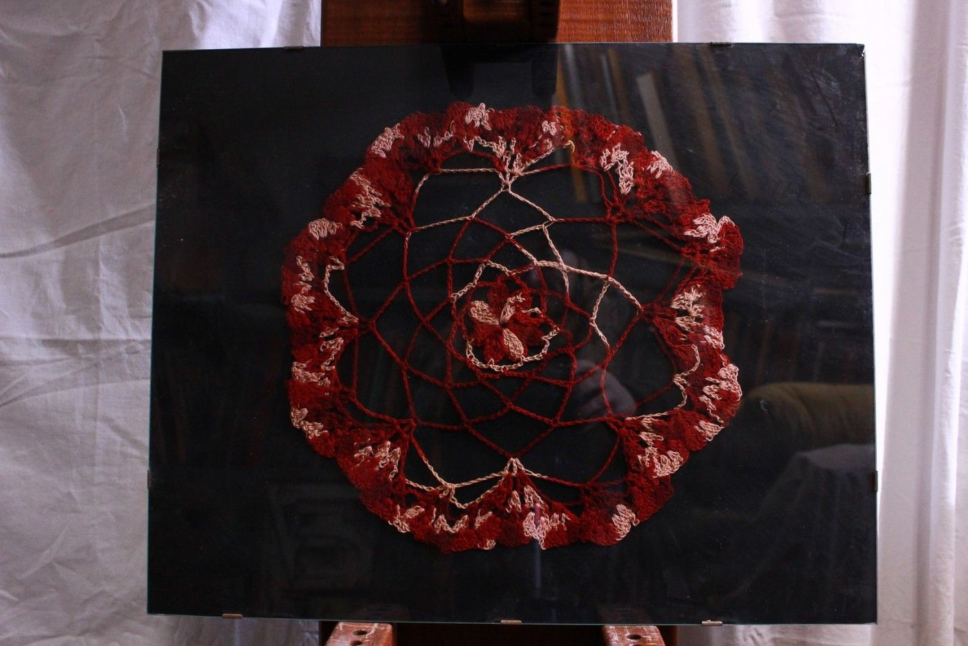 Quadro a ricamo su sfondo nero mandala embroidery con vetro with glass