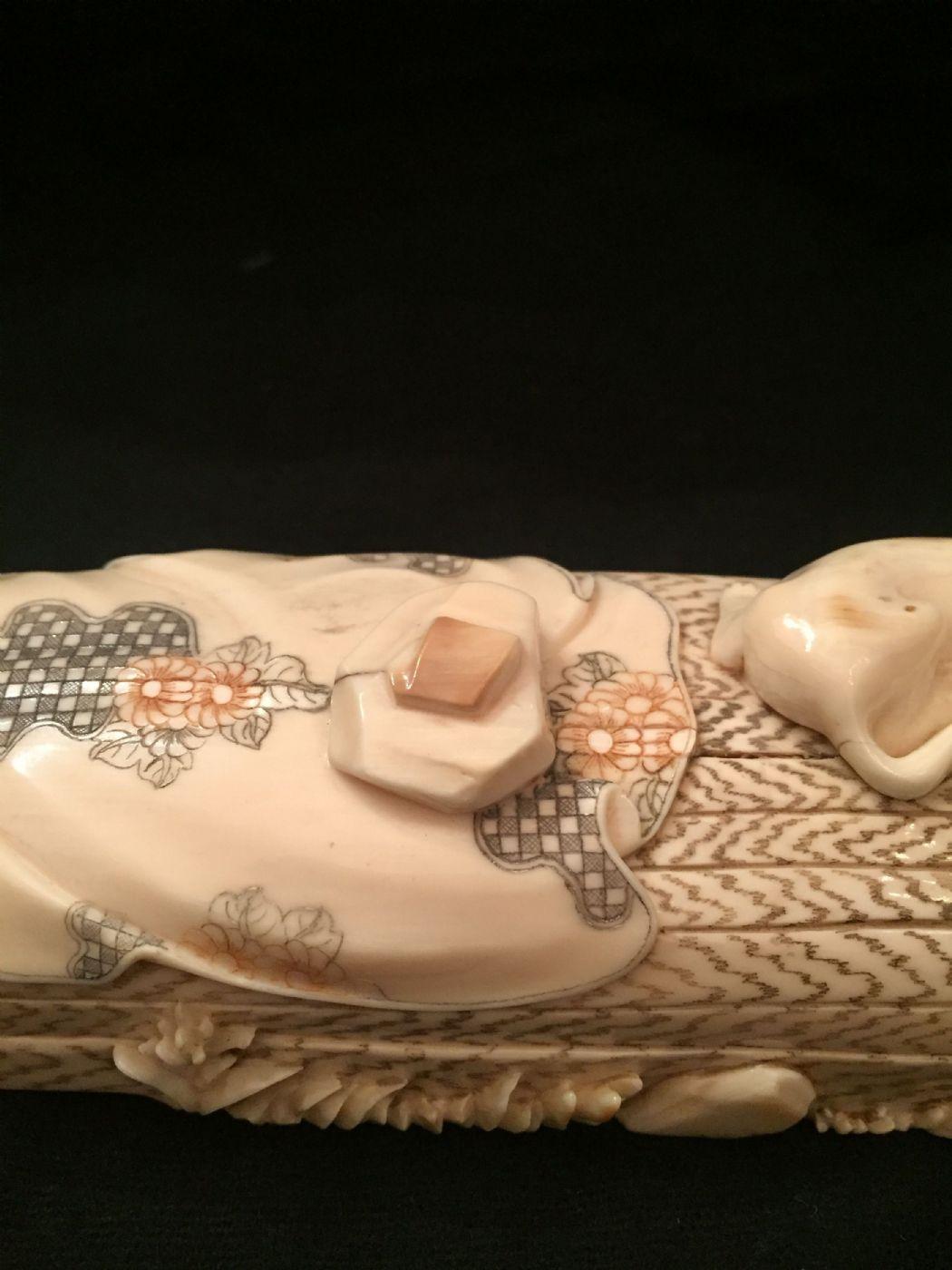 thumb3|Okimono giapponese in corno vintage fine XIX secolo.
