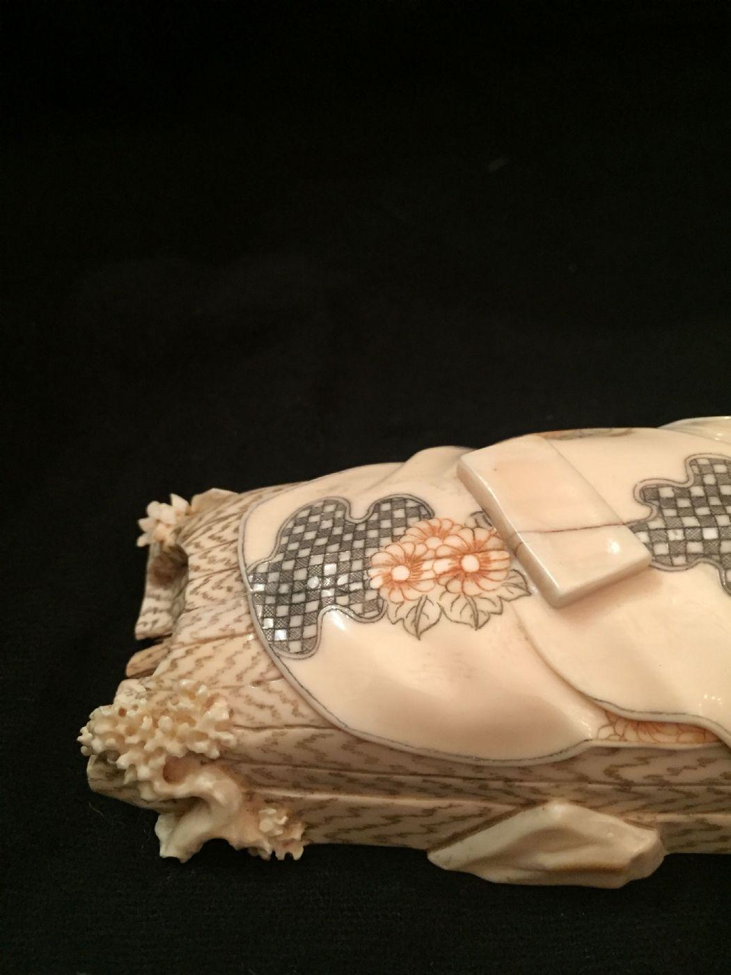 thumb4|Okimono giapponese in corno vintage fine XIX secolo.