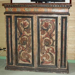 Coppia di credenze genovesi in legno di frutto a due sportelli laccate e decorate a festoni
