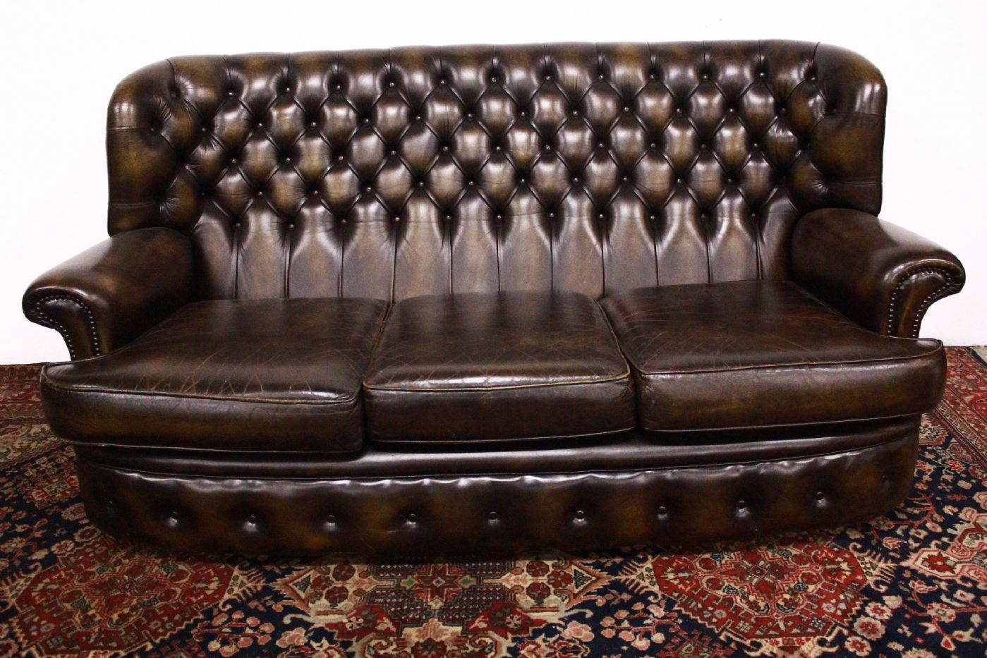Divano Chester Originale Inglese In Pelle.Original Chesterfield Sofa 3 Seats Dark Skin Mustard English