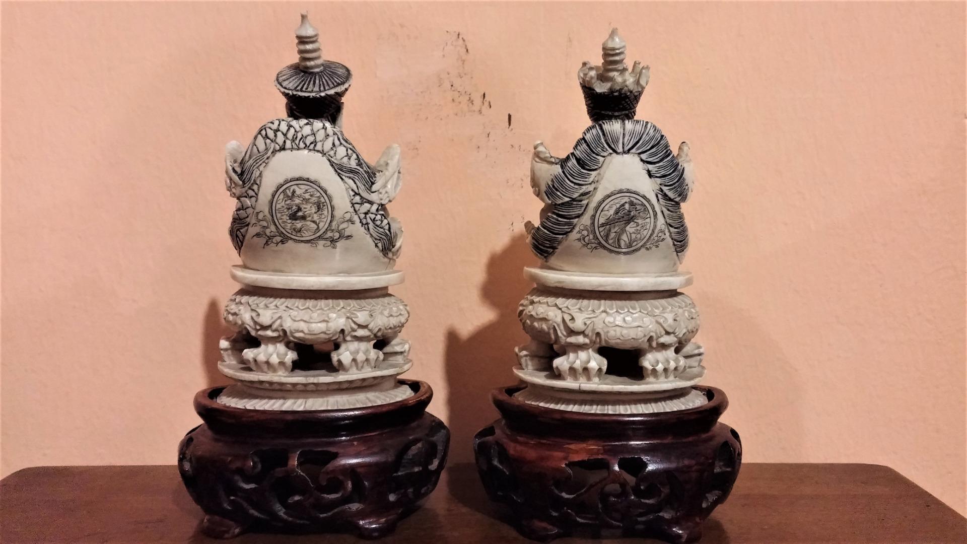 thumb2|Coppia di sculture in avorio, imperatore e imperatrice, fine '800