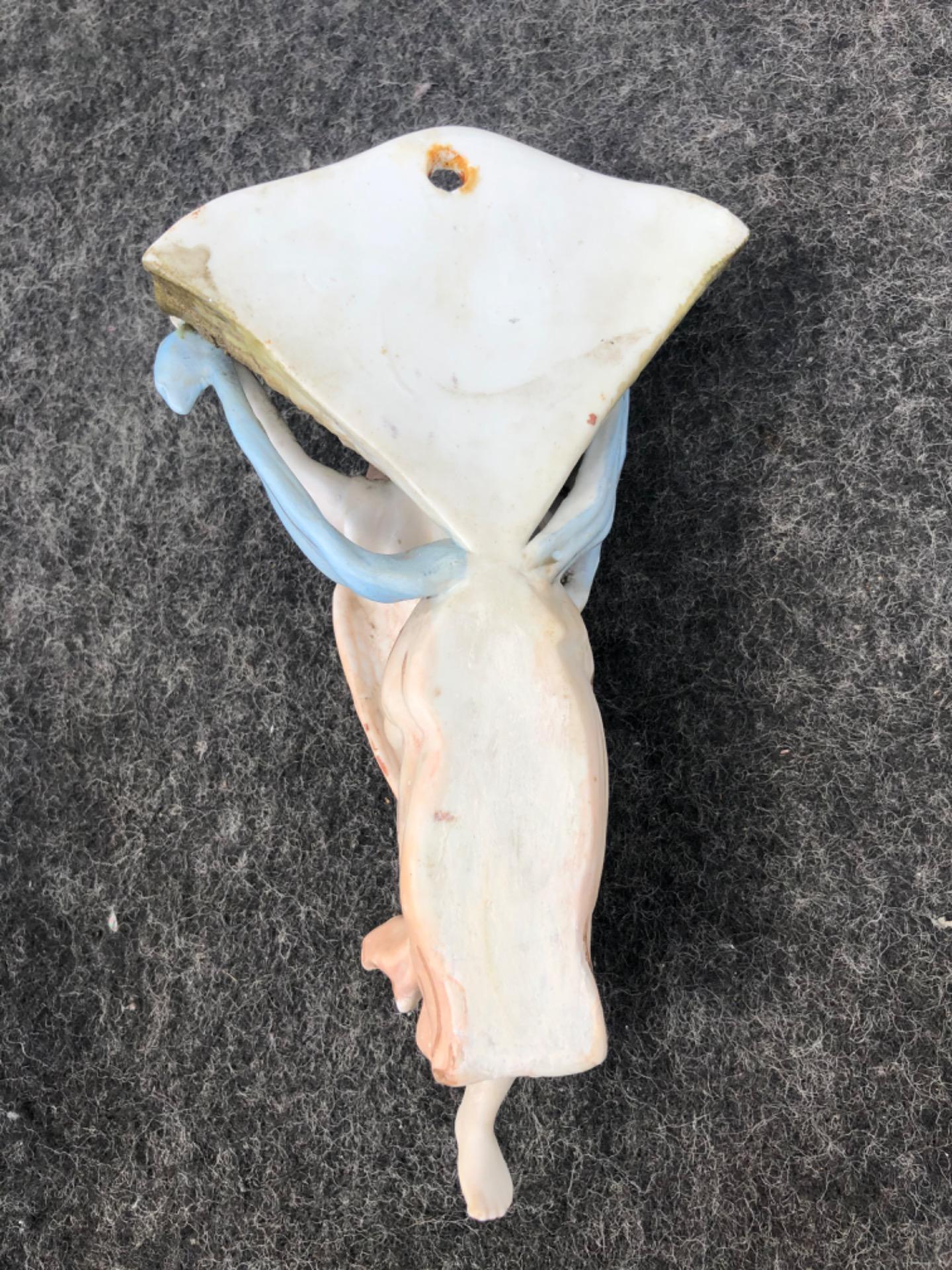 thumb4 Acquasantiera in porcellana bisquit raffigurante angelo di spalle che regge la coppa a conchiglia.Italia.